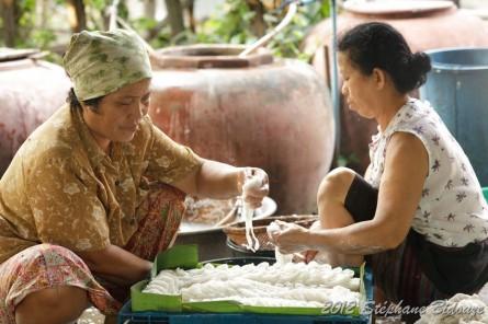 Fabrique de pâtes de riz chez Chok