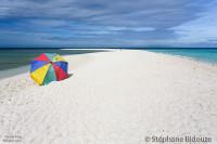 plage-camiguin-sable-blanc-parasol