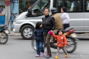 maman-mere-traverser-rue-vietnam