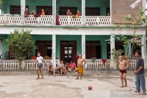 moines-bouddhisme-football-bouddhiste-mandalay