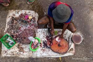 vendeur-poisson-coupant-préparant-birmanie