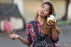thai-fille-glace-noix-coco