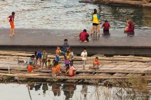 enfant-pont-bambou-thailande