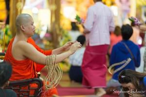 moine-collier-ceremonie-bouddhisme